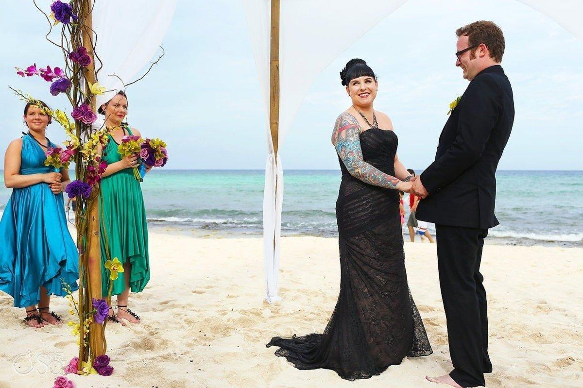 25 noivas deslumbrantes que fugiram do branco na hora de escolher seu vestido 19