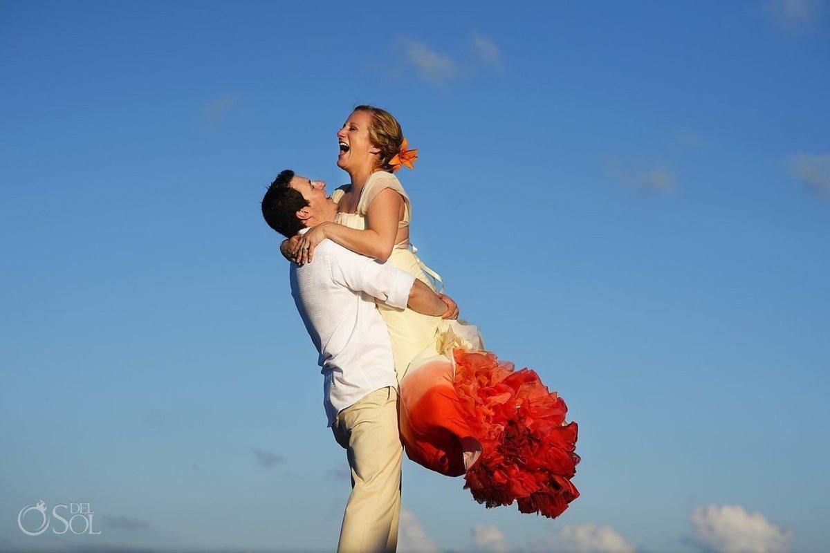 25 noivas deslumbrantes que fugiram do branco na hora de escolher seu vestido 22