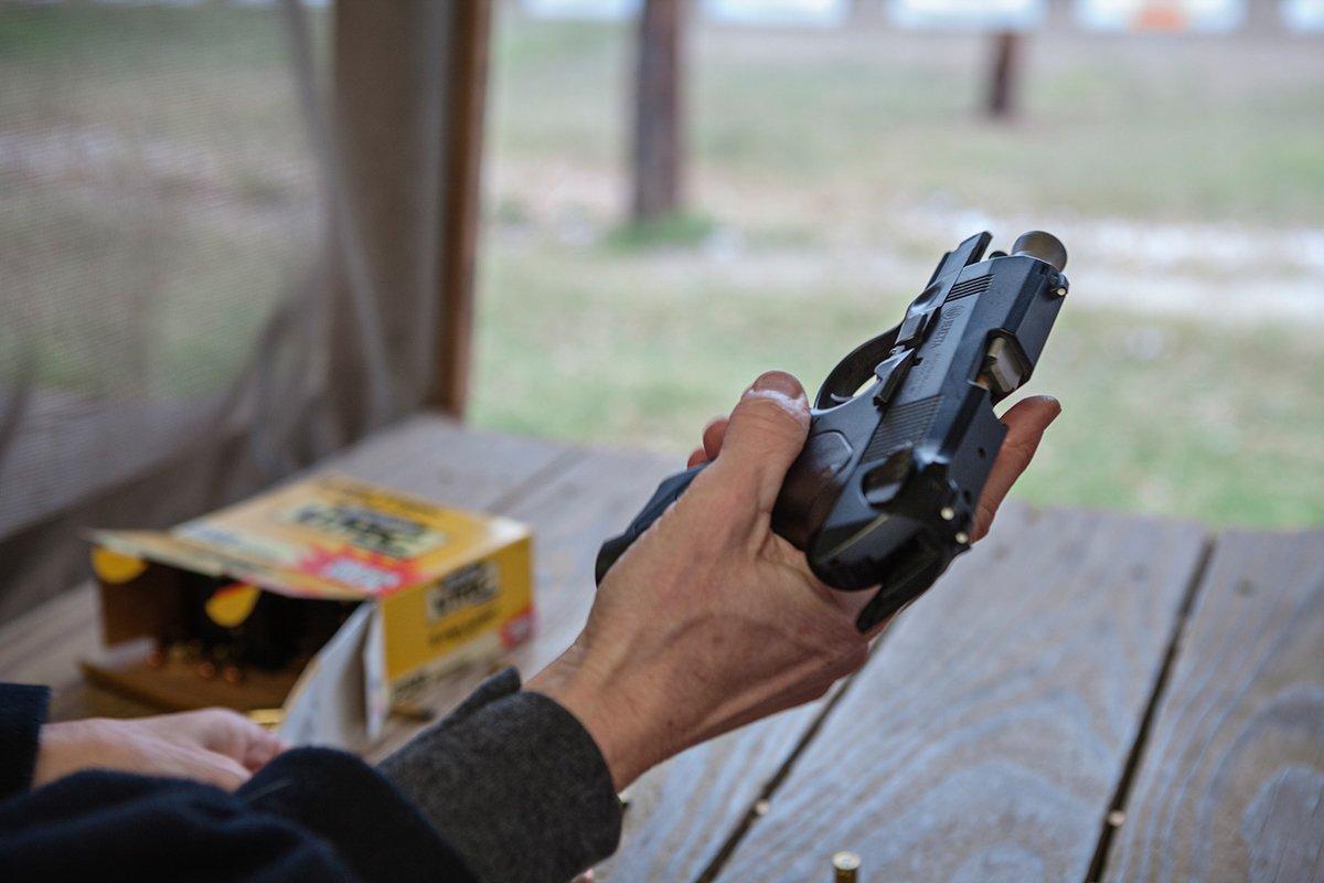 Série de fotos mostra texanas com as armas que elas amam 13