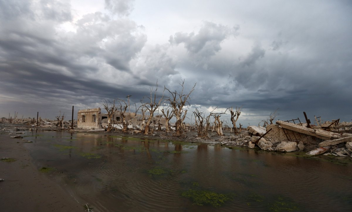 Uma cidade fantasma emerge das águas de uma enchente que aconteceu há 30 anos, na Argentina 02