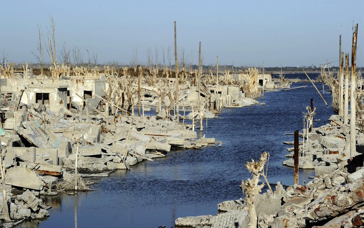 Uma cidade fantasma emerge das águas de uma enchente que aconteceu há 30 anos, na Argentina 06