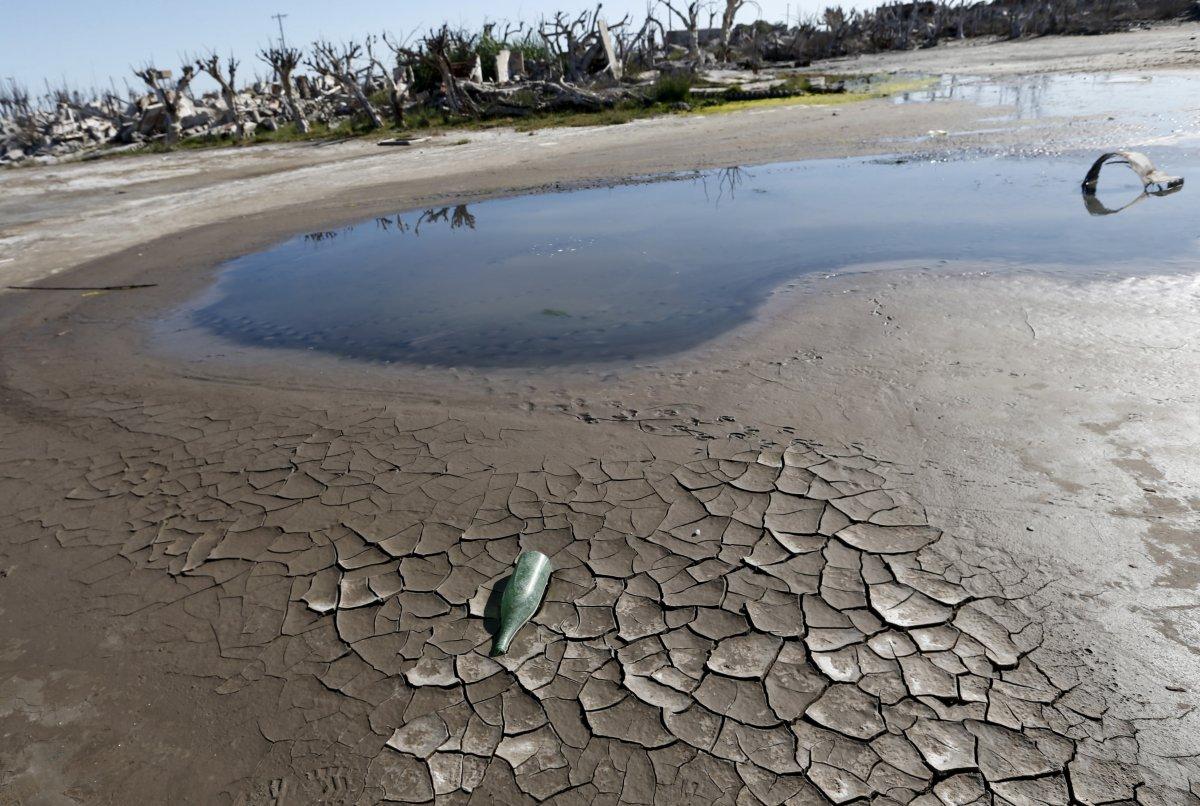 Uma cidade fantasma emerge das águas de uma enchente que aconteceu há 30 anos, na Argentina 07