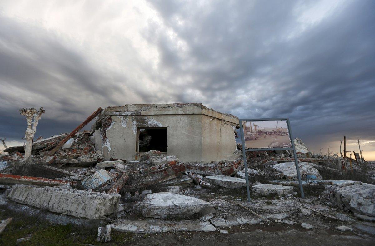 Uma cidade fantasma emerge das águas de uma enchente que aconteceu há 30 anos, na Argentina 09