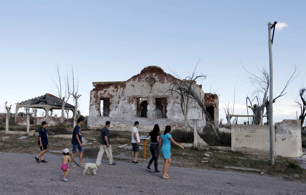 Uma cidade fantasma emerge das águas de uma enchente que aconteceu há 30 anos, na Argentina 16