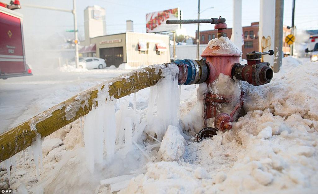 O duro e gelado trabalho dos bombeiros de Chicago durante o inverno