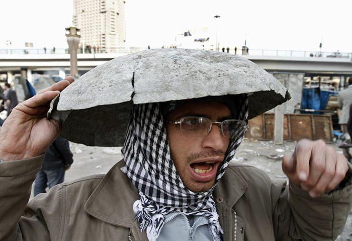 Usando qualquer cois para proteger a cabeça 08