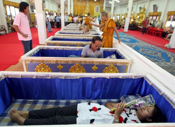 Templo tailandês oferece a oportunidade final de renascer 01