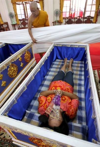 Templo tailandês oferece a oportunidade final de renascer 02