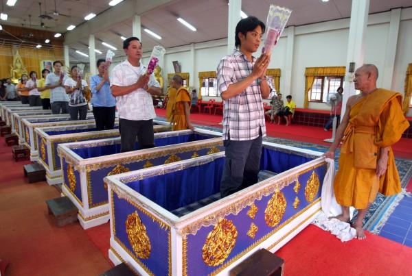 Templo tailandês oferece a oportunidade final de renascer 03