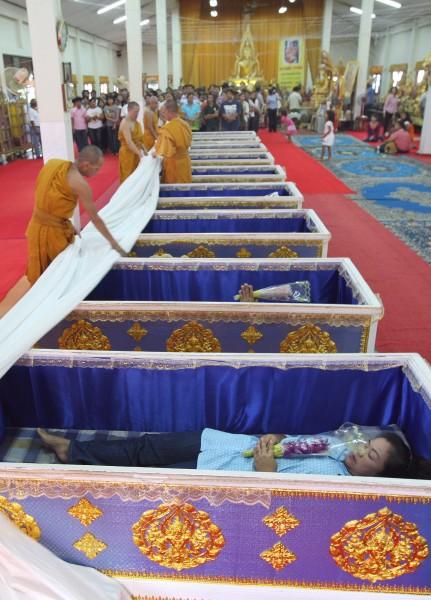 Templo tailandês oferece a oportunidade final de renascer 04