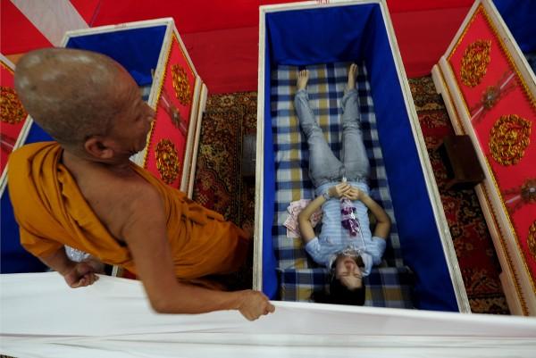 Templo tailandês oferece a oportunidade final de renascer 07