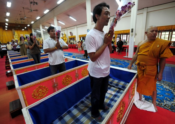 Templo tailandês oferece a oportunidade final de renascer 08