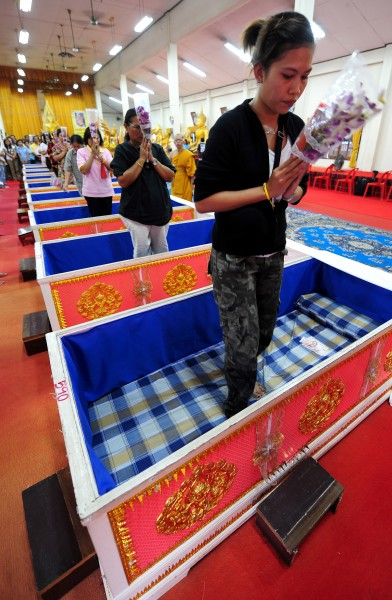 Templo tailandês oferece a oportunidade final de renascer 09