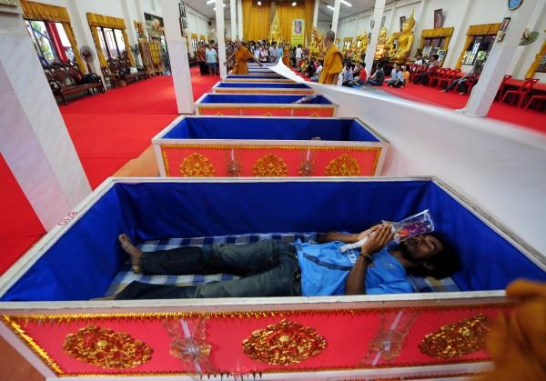 Templo tailandês oferece a oportunidade final de renascer 10