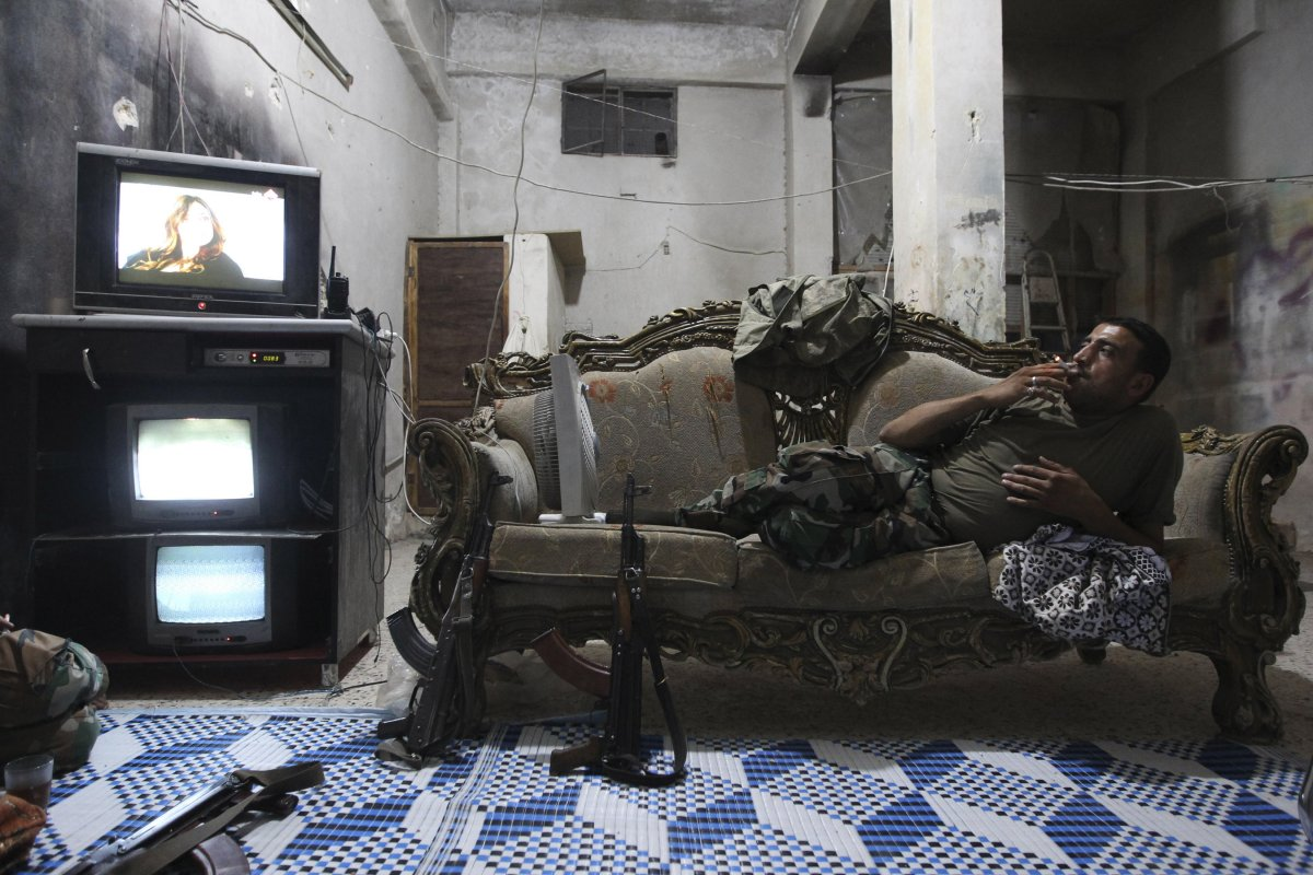 22 fotos impressionantes que mostram como as pessoas assistem TV em todo o mundo 01