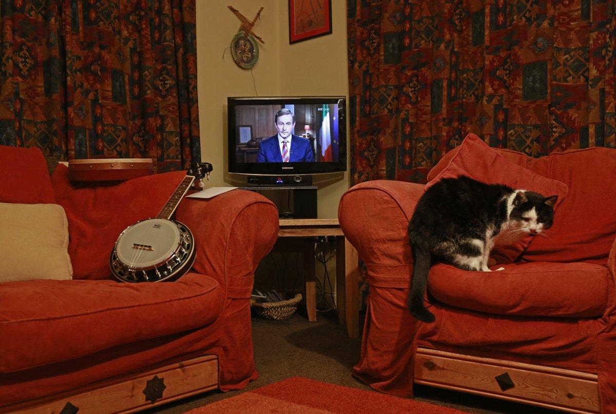 22 fotos impressionantes que mostram como as pessoas assistem TV em todo o mundo 02