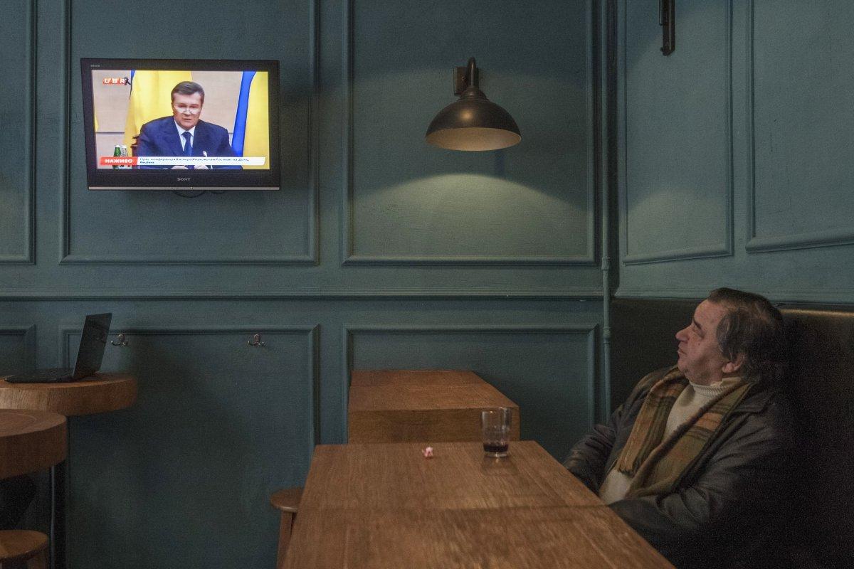22 fotos impressionantes que mostram como as pessoas assistem TV em todo o mundo 04