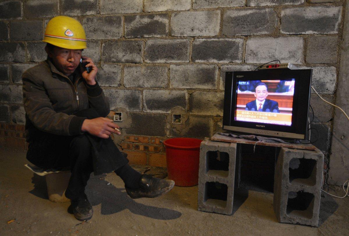 22 fotos impressionantes que mostram como as pessoas assistem TV em todo o mundo 05
