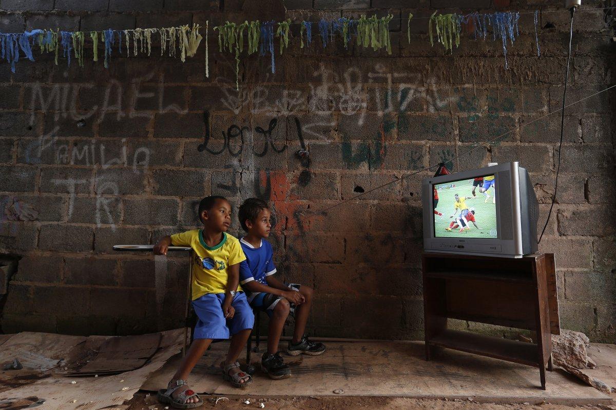 22 fotos impressionantes que mostram como as pessoas assistem TV em todo o mundo 07