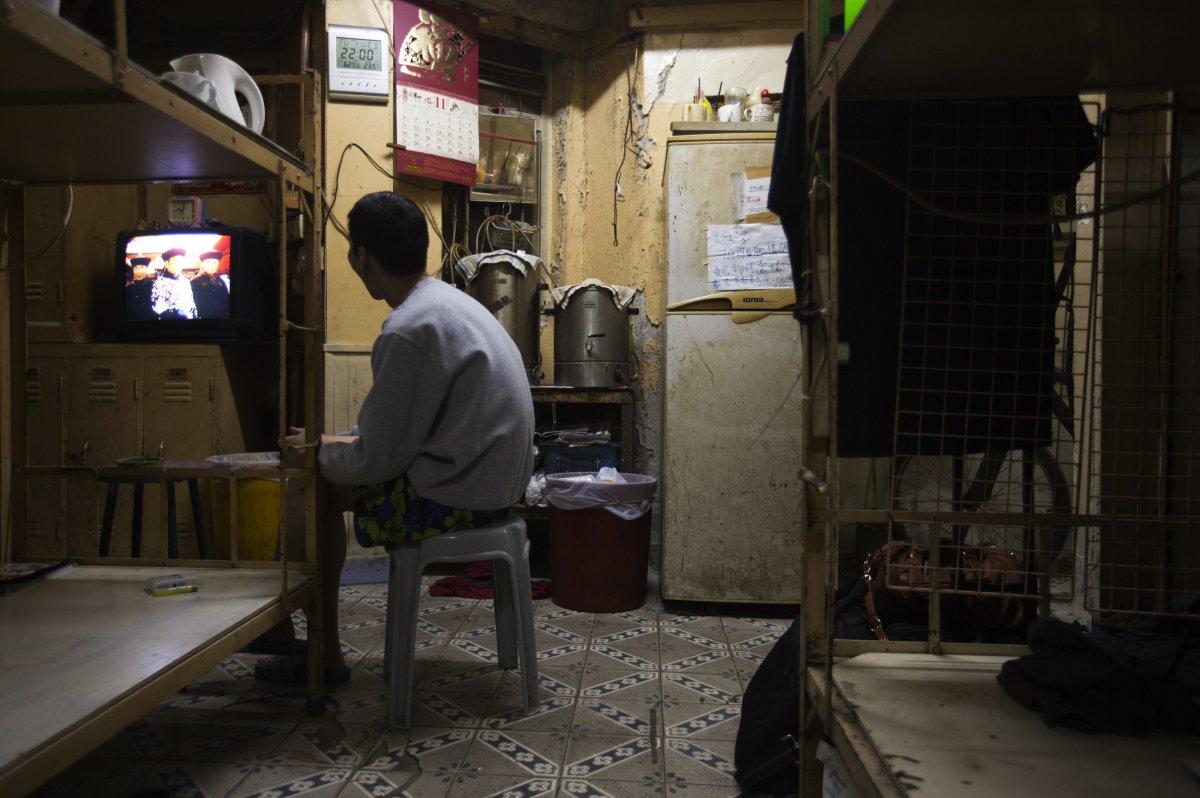 22 fotos impressionantes que mostram como as pessoas assistem TV em todo o mundo 09