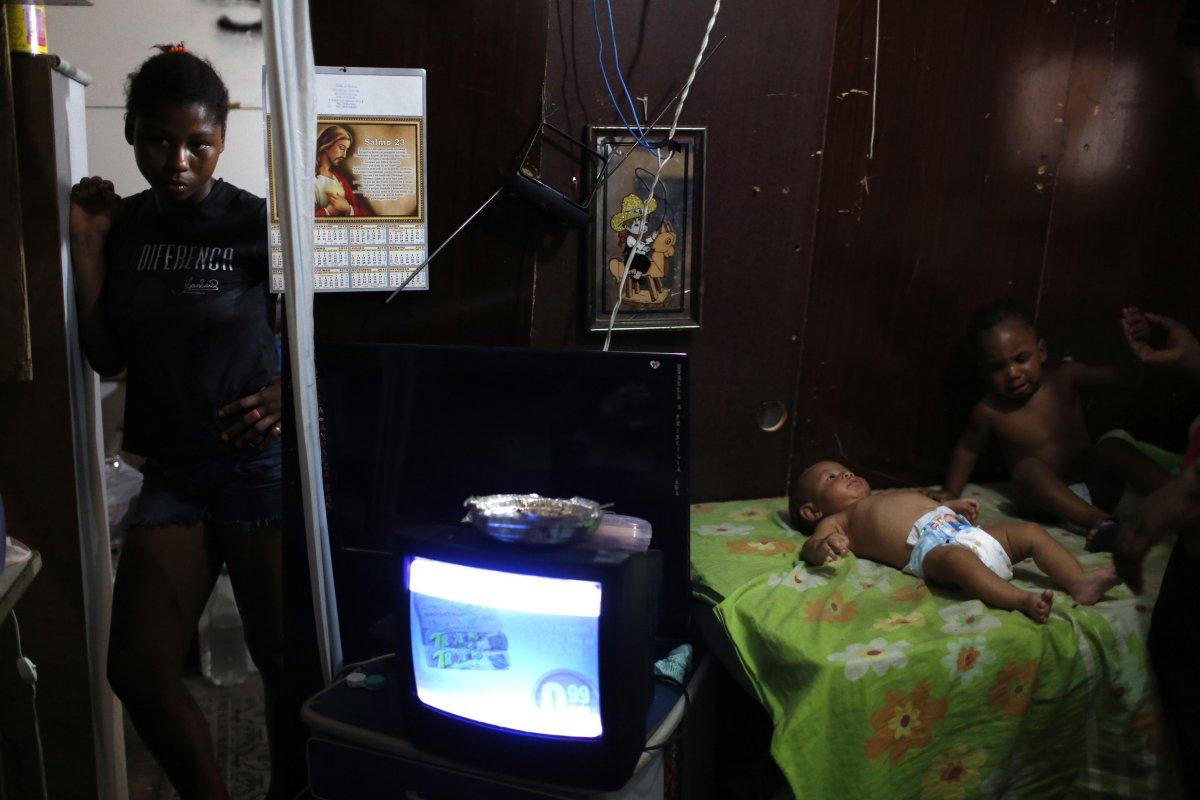22 fotos impressionantes que mostram como as pessoas assistem TV em todo o mundo 11
