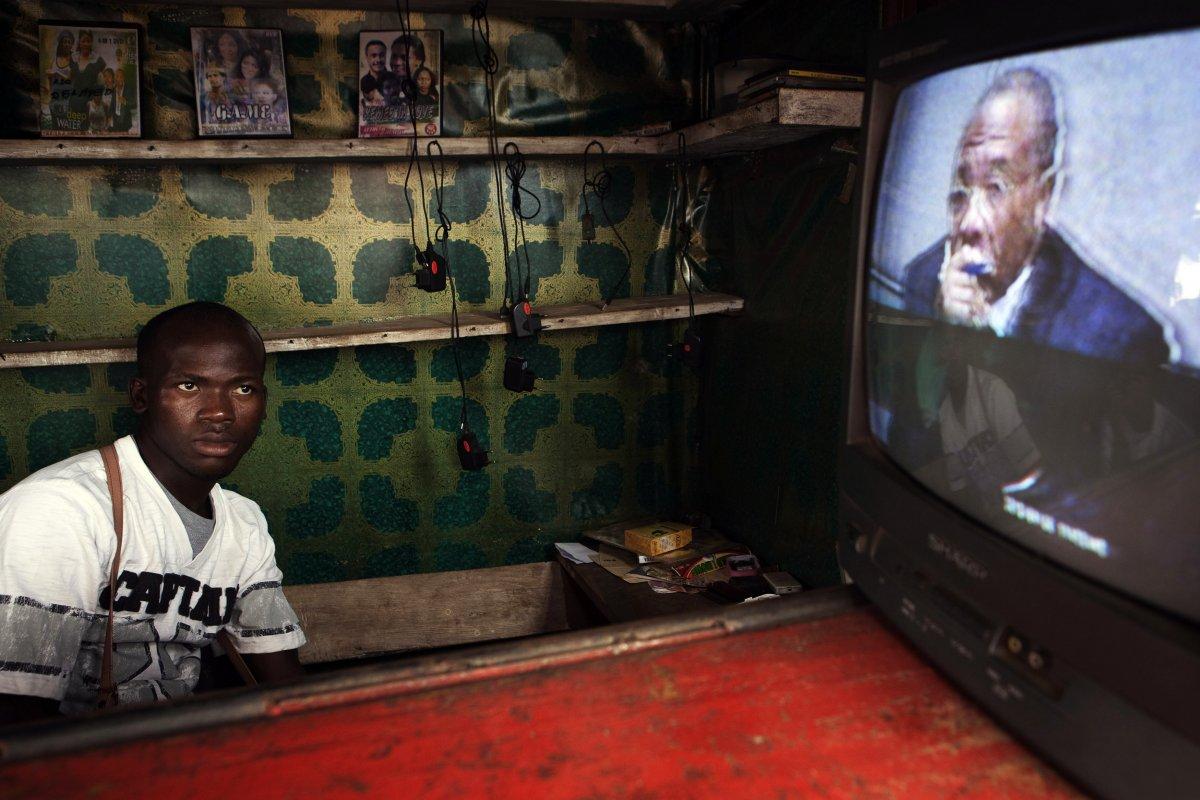22 fotos impressionantes que mostram como as pessoas assistem TV em todo o mundo 15