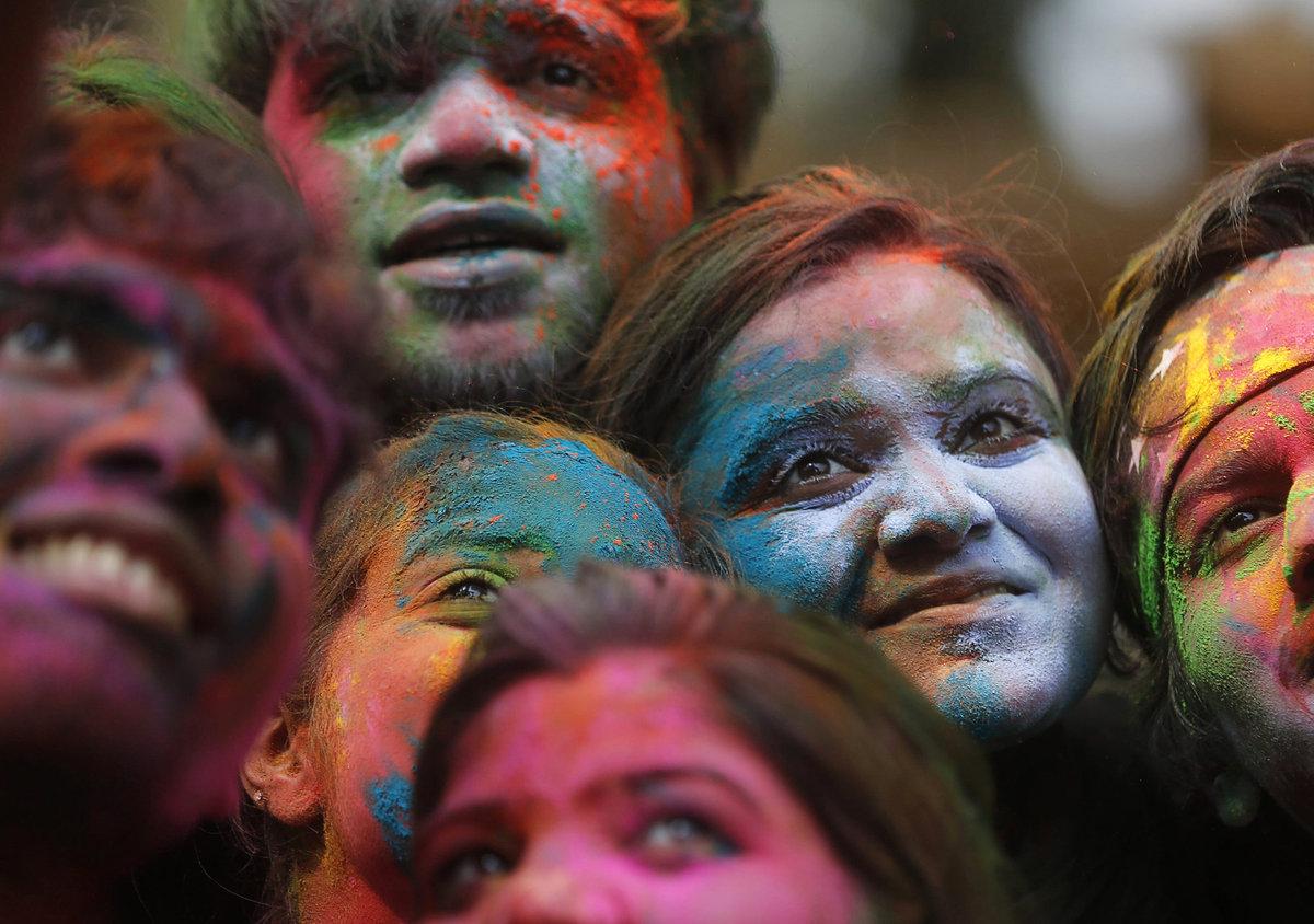 A Índia colorida celebra o festival de Holi 01