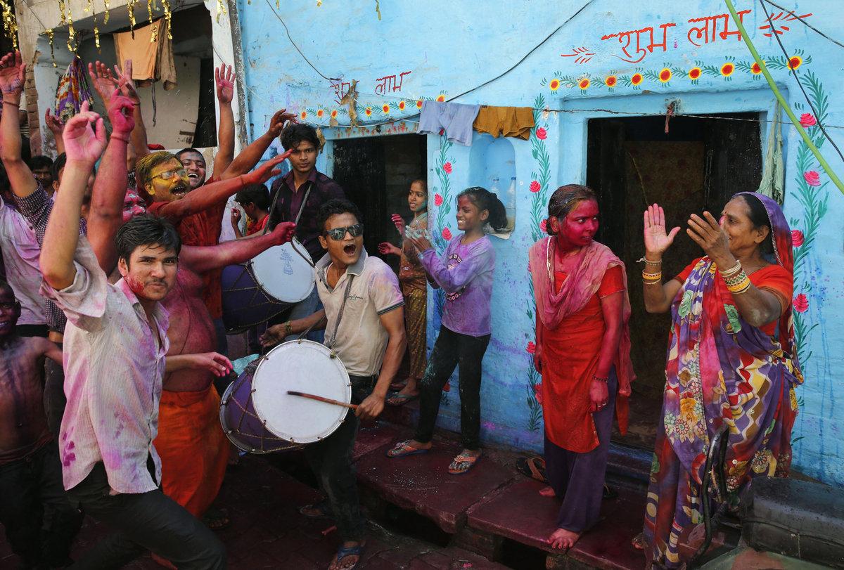 A Índia colorida celebra o festival de Holi 02