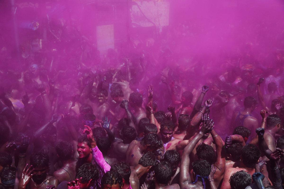 A Índia colorida celebra o festival de Holi 04