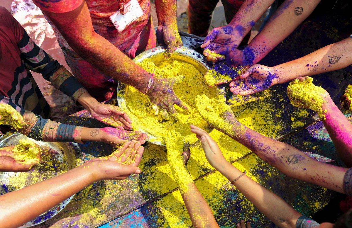 A Índia colorida celebra o festival de Holi 09