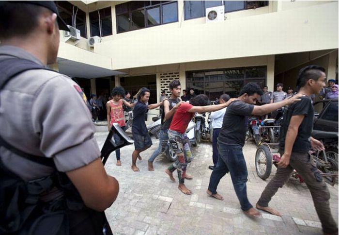 Polícia dá banho espiritual em punks na Indonésia 02