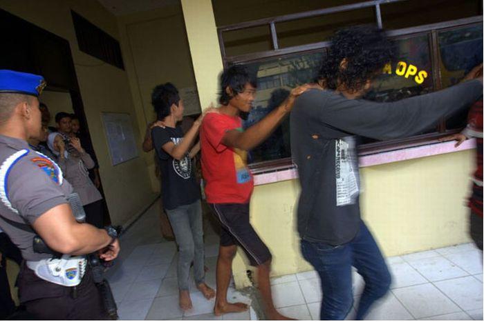 Polícia dá banho espiritual em punks na Indonésia 03