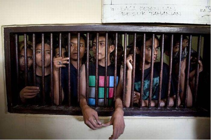 Polícia dá banho espiritual em punks na Indonésia 04
