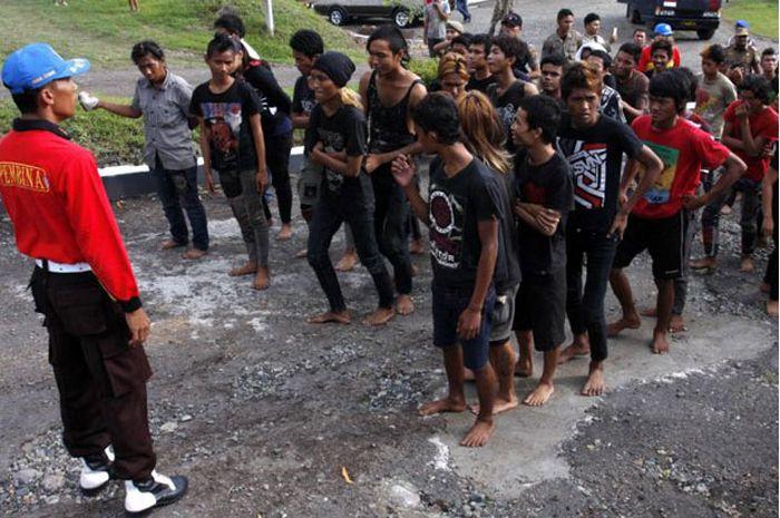 Polícia dá banho espiritual em punks na Indonésia 05
