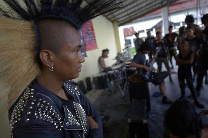 Polícia dá banho espiritual em punks na Indonésia 06