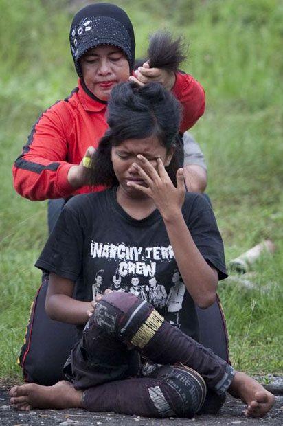 Polícia dá banho espiritual em punks na Indonésia 07