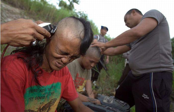 Polícia dá banho espiritual em punks na Indonésia 08