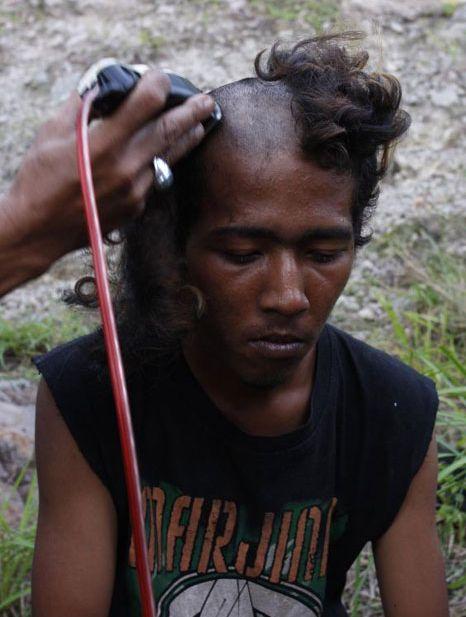 Polícia dá banho espiritual em punks na Indonésia 09
