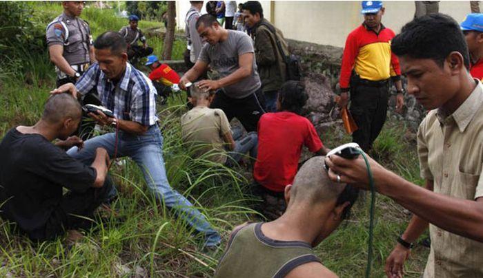 Polícia dá banho espiritual em punks na Indonésia 10