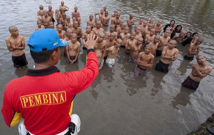 Polícia dá banho espiritual em punks na Indonésia 14