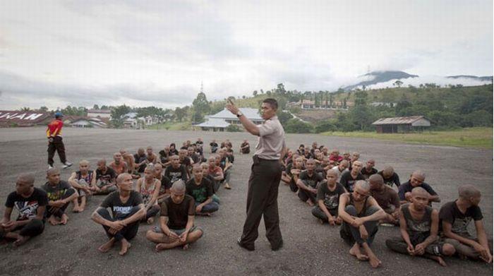 Polícia dá banho espiritual em punks na Indonésia 15