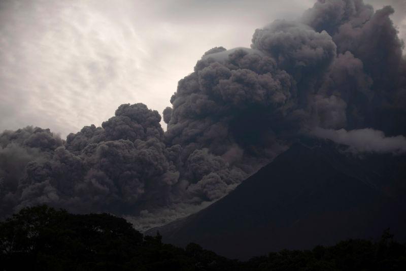 A violenta erupção do vulcão de Fogo, na Guatemala, em imagens e vídeos