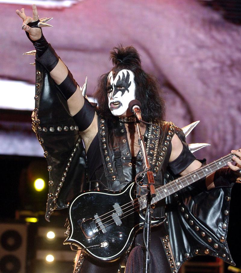 O cantor do Kiss, Gene Simmons, recebeu a resposta perfeita por tentar patentear o gesto dos chifres