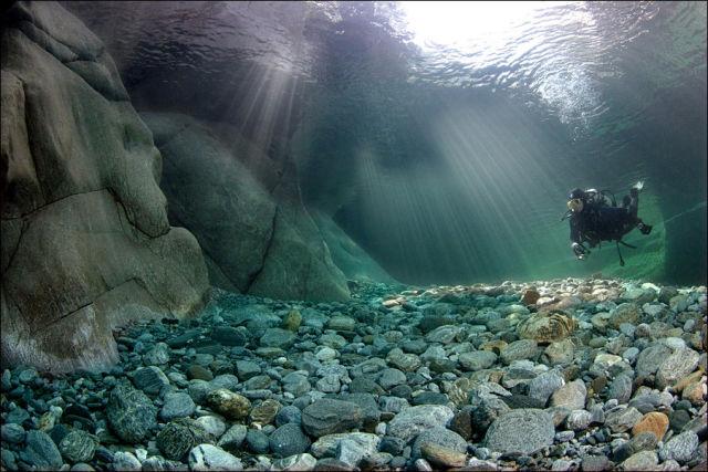 Fotógrafo captura a beleza cristalina de rio suíço 02