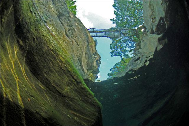 Fotógrafo captura a beleza cristalina de rio suíço 06