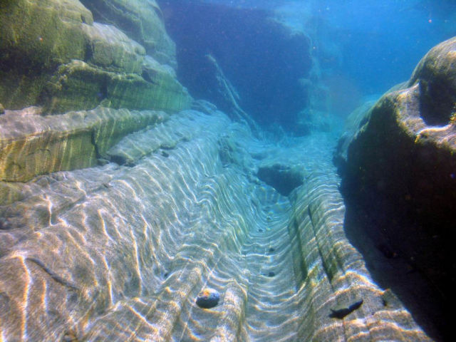 Fotógrafo captura a beleza cristalina de rio suíço 08
