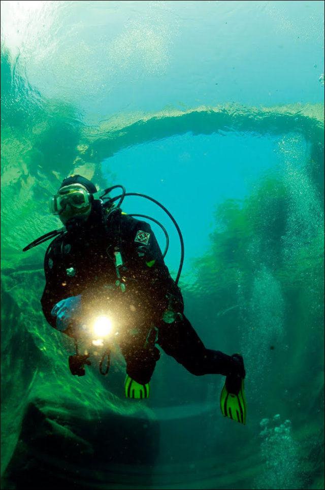 Fotógrafo captura a beleza cristalina de rio suíço 12