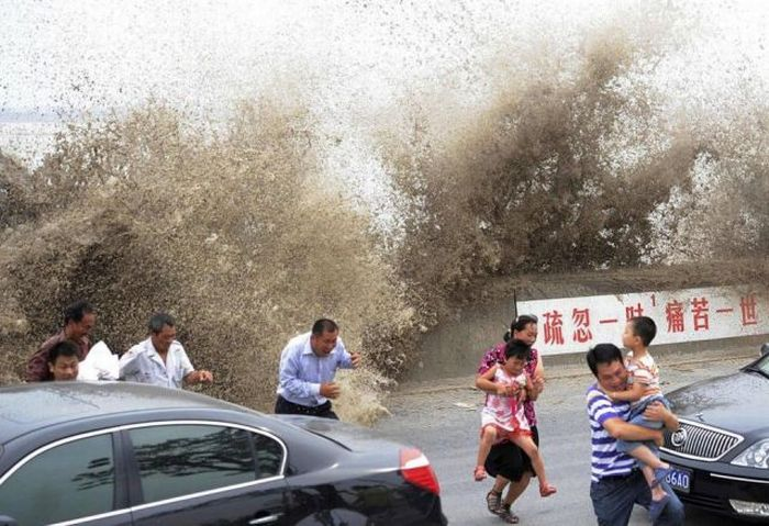 Enorme onda do rio Qiantang deixa 20 feridos na China 25