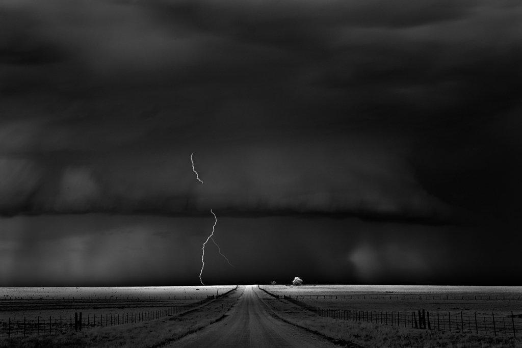 As sinistramente incríveis fotos de tempestades em preto e branco de Mitch Dobrowner 15