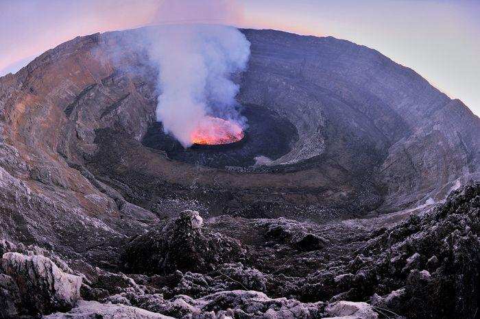 A cratera do vulcão Nyiragongo 24